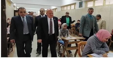 الأستاذ الدكتور خالد عبدالباري ، يتفقد سير الإمتحانات بالكلية