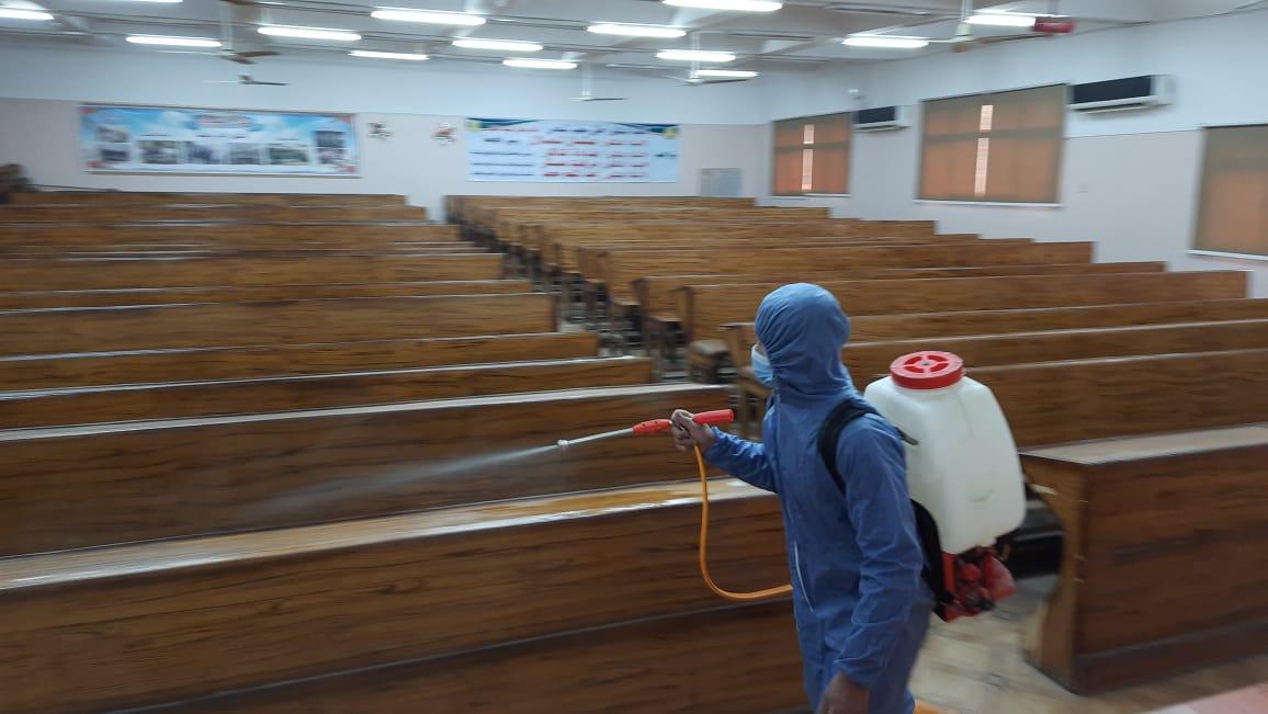 تطهير قاعات الامتحانات بكلية الصيدلة استعدادا لامتحانات الترم الاول للعام الدراسي   ٢٠٢٠-٢٠٢١