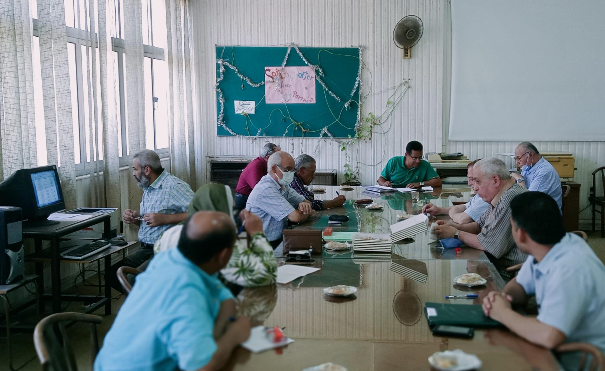 جانب من الإجتماع الدوري لشهر يوليو2021 لقسم الأراضي والمياه برئاسة الأستاذ الدكتور عبد الغني عبد الحليم ، وبحضور السادة أعضاء هيئة التدريس بالقسم