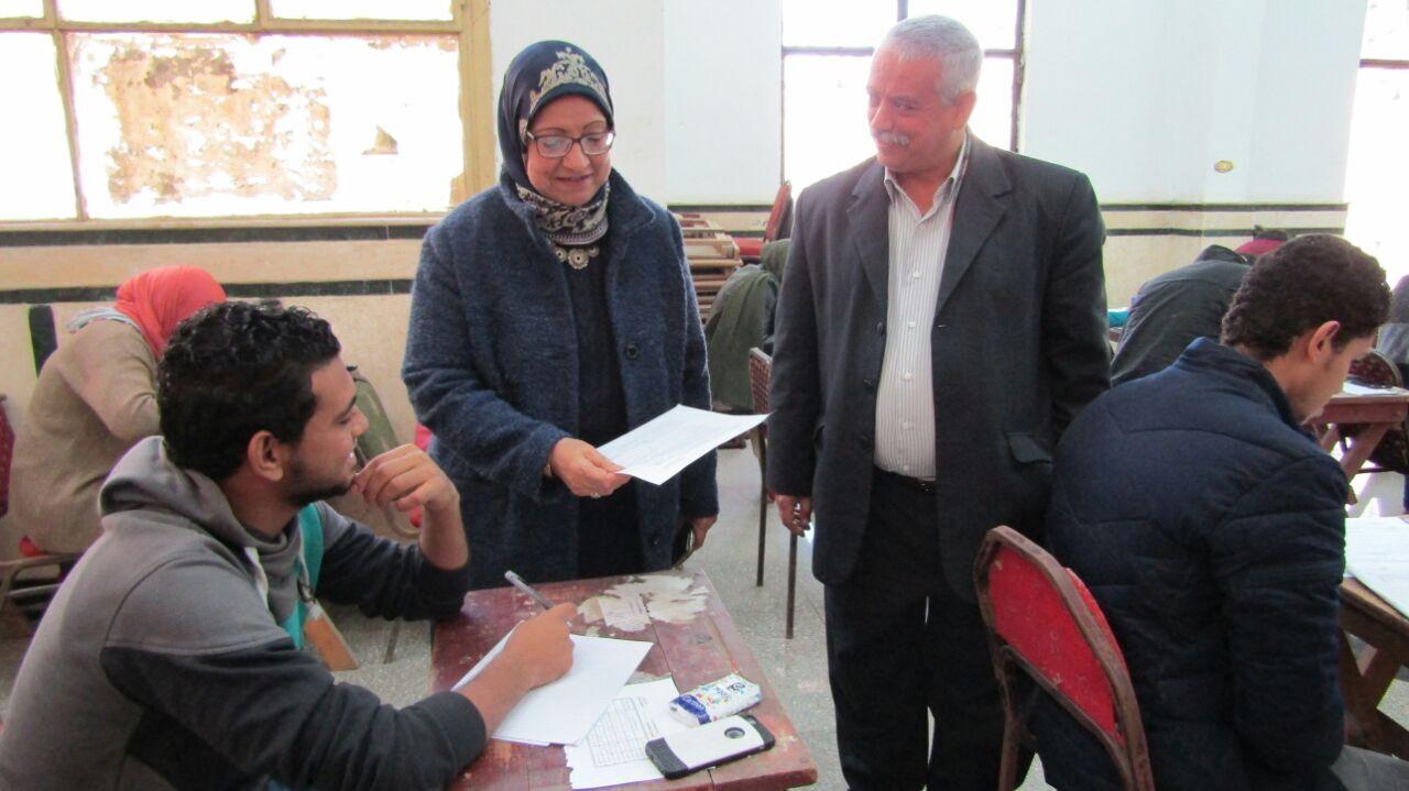السيده أ.د/عميد الكليه تطمئن على الطلاب بامتحانات يناير 2018