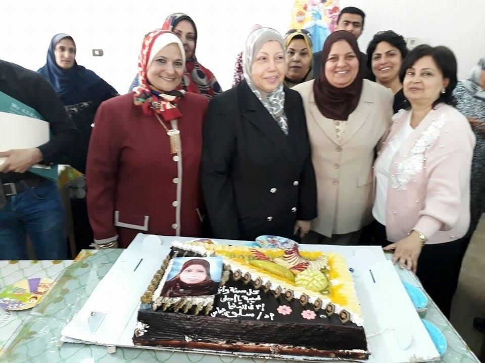 تكريم الأستاذة الدكتورة / سلوى عباس على حسن ( أستاذ متفرغ بقسم تمريض صحة المجتمع ) فى عيد الأم