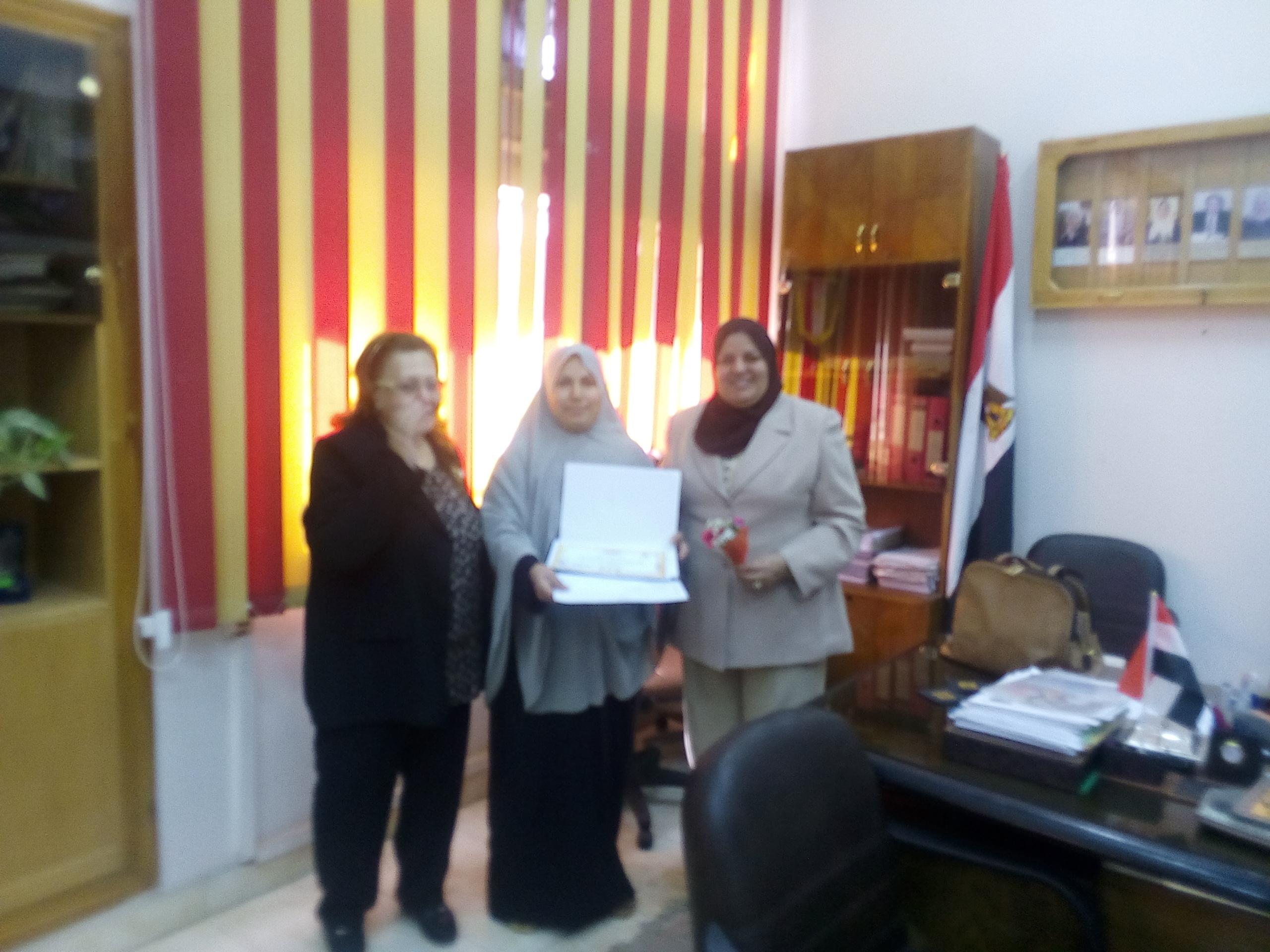 تكريم جامعة  الزقازيق ،، كلية التمريض للعاملة أسماء حسنى بمناسبة عيد الأم